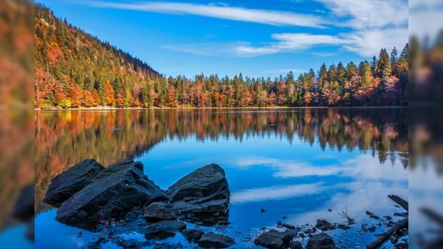 осенний пейзаж на берегу озера с большими камнями