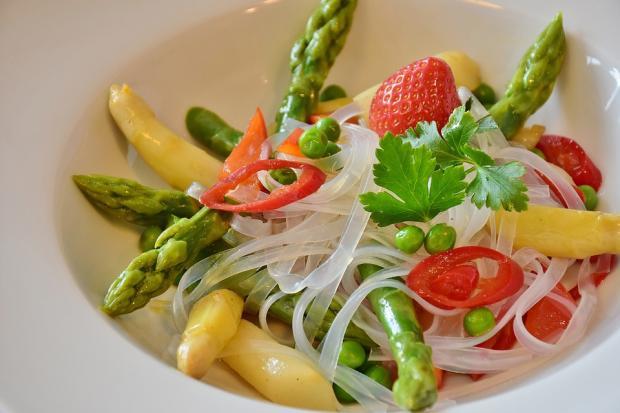 блюдо рисовой лапши с овощами
