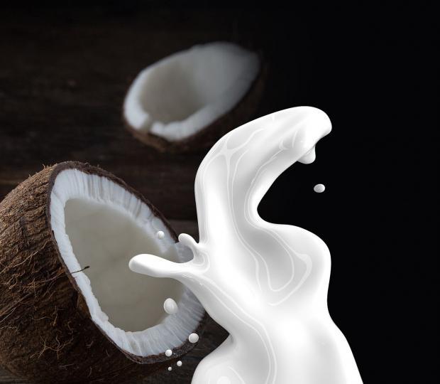 кокосовое молоко из двух половинок кокоса