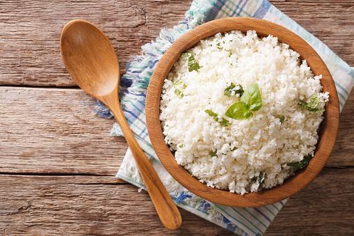 тарелка риса со специями и деревянная ложка