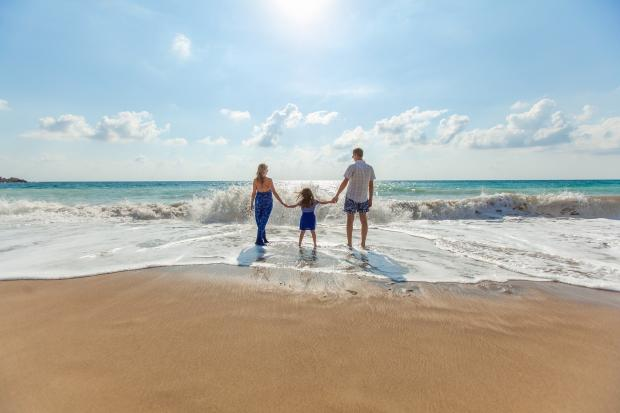 родители с дочкой на берегу моря