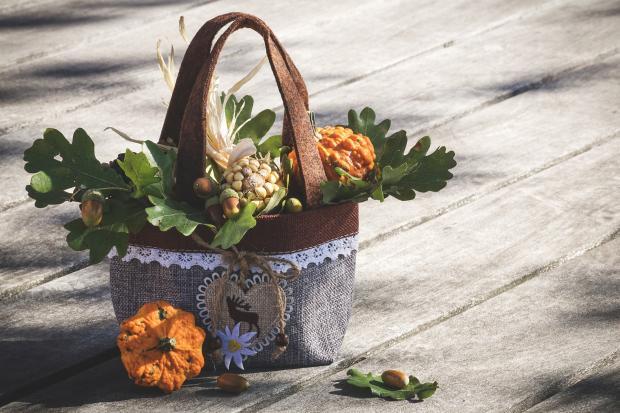 корзина с осенними цветами на досках