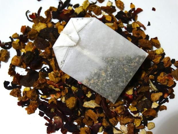 чайный пакетик на горке сухой заварки