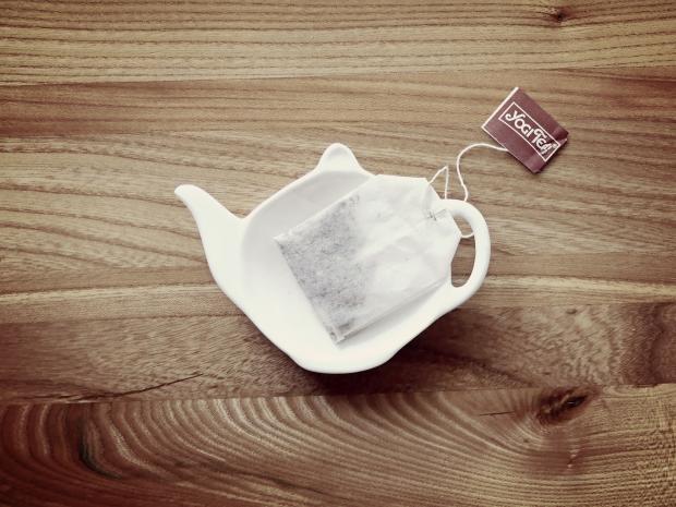 чайный пакетик в белой пиале в виде заварника