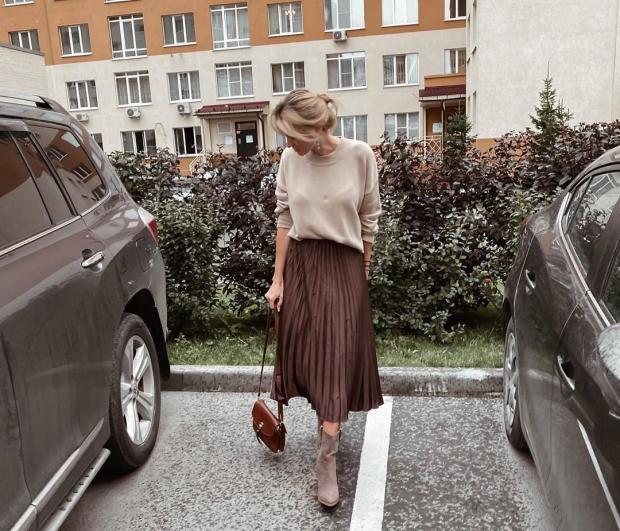 Девушка в коричневой юбке