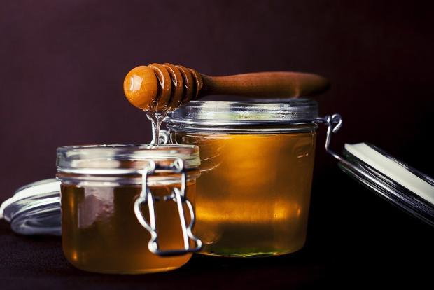 мед в двух стеклянных банках