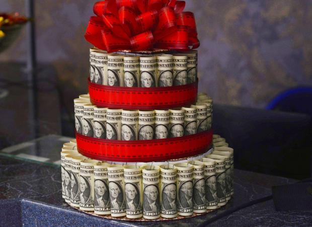 праздничный подарочный торт из долларовых купюр