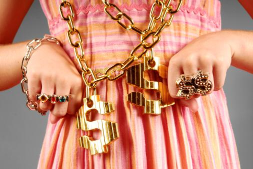 много золота на цепочках в руках у женщины