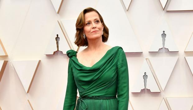 Сигурни Уивер в зеленом платье