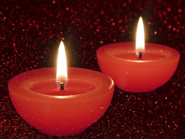 две горящие красные декоративные свечи