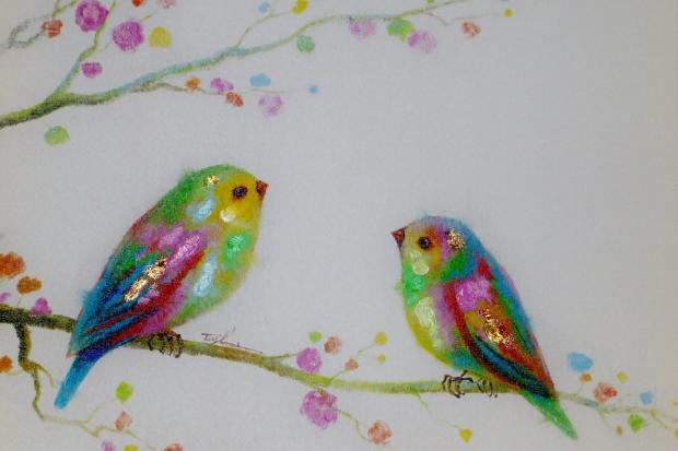 картина с двумя сидящими на ветке птицами