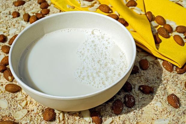 белая миска миндального молока стоит на столе