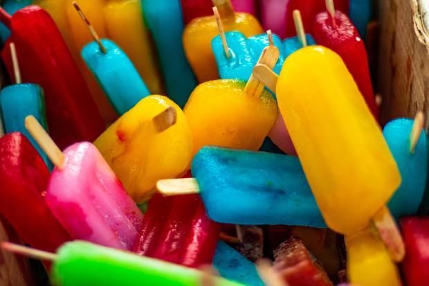 разноцветный фруктовый лед на палочках