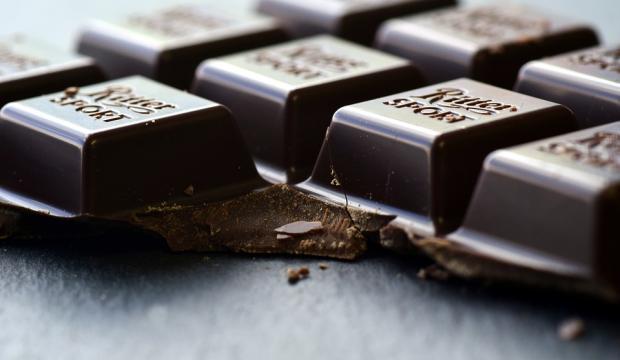надломленная плитка черного горького шоколада