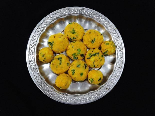 желтый батат лежит на серебряном блюде