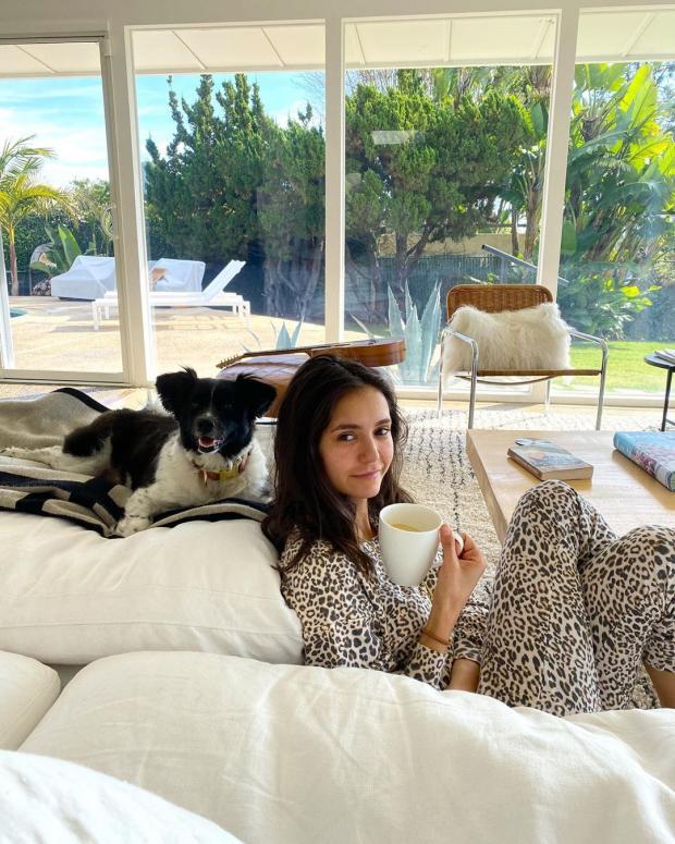 Нина Добрев с собакой