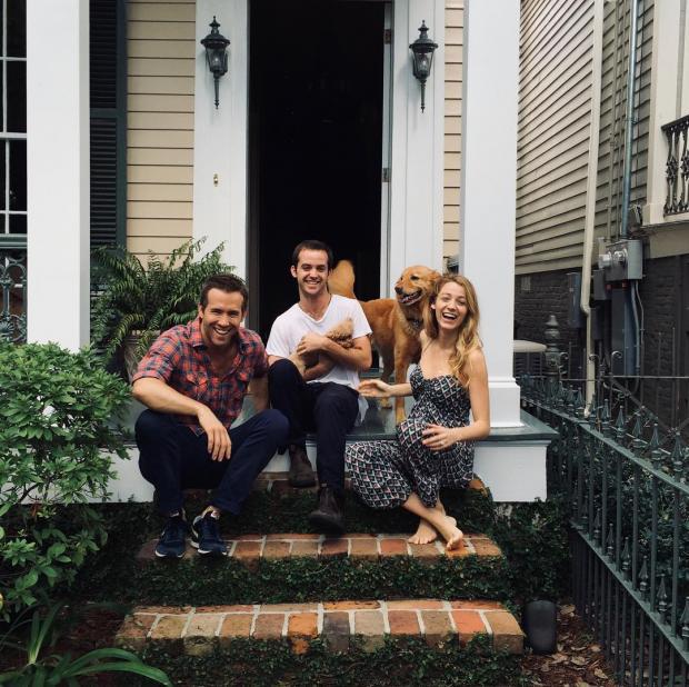 Райан Рейнольдс с женой и питомцами