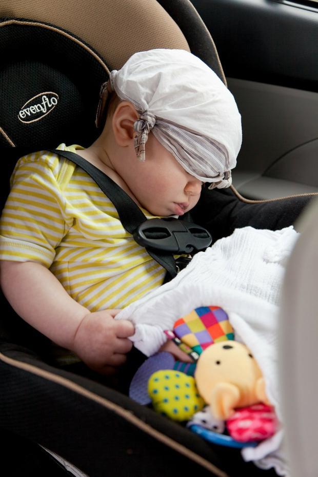 малыш спит в автокресле