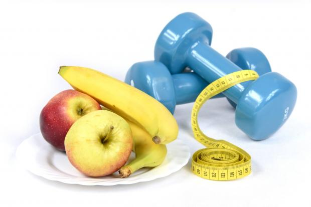 фрукты, гантели, сантиметр