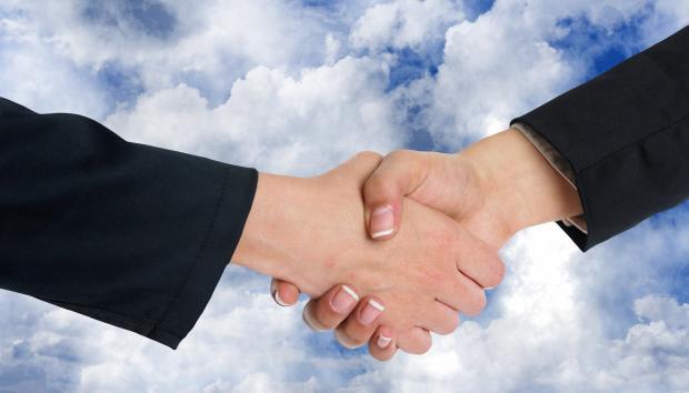 рукопожатие на фоне облачного неба