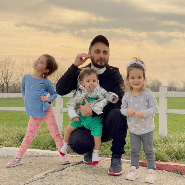 Демис Карибидис с детьми