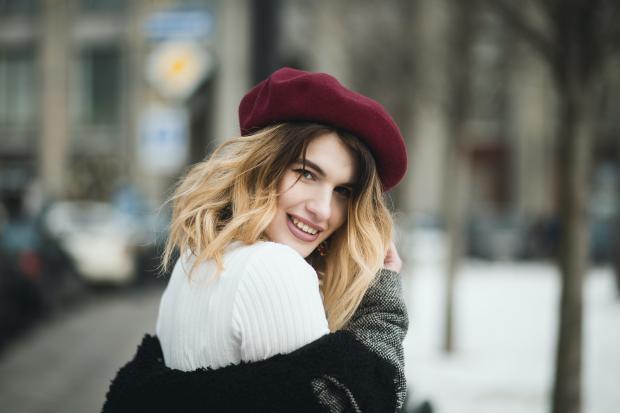 Молодая блондинка в красном берете