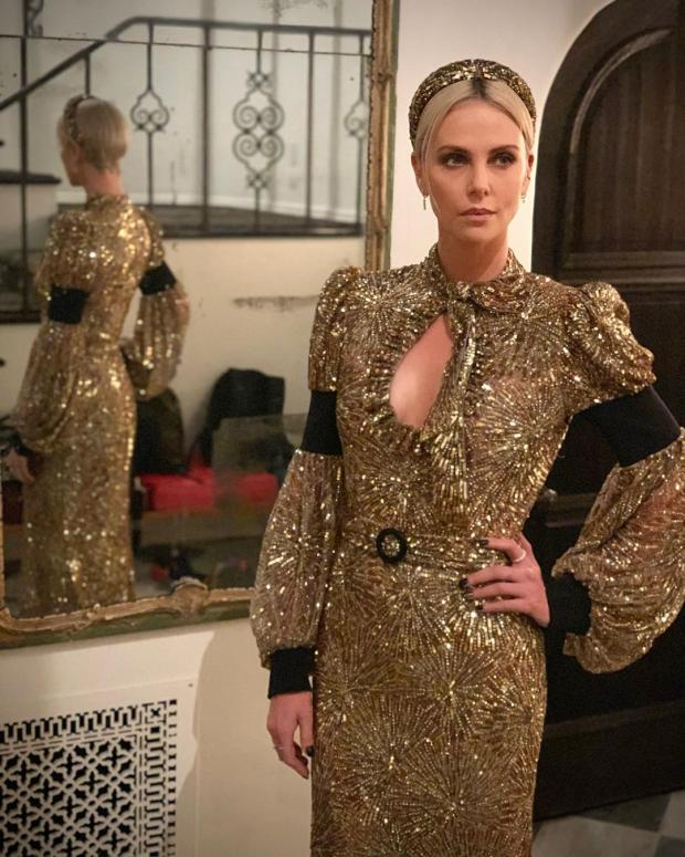 Шарлиз Терон в золотом платье