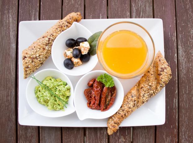 завтрак из нескольких блюд и апельсиновый сок