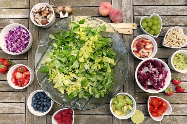 разнообразные фрукты и овощи в маленьких пиалочках