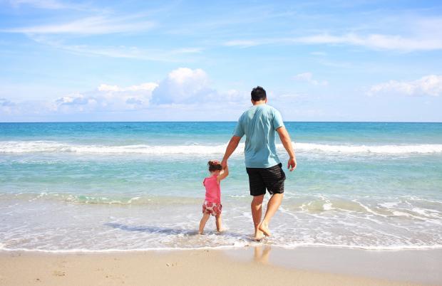 папа и дочь на берегу моря