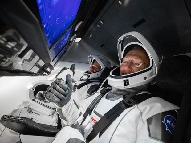 Астронавты на космическом корабле