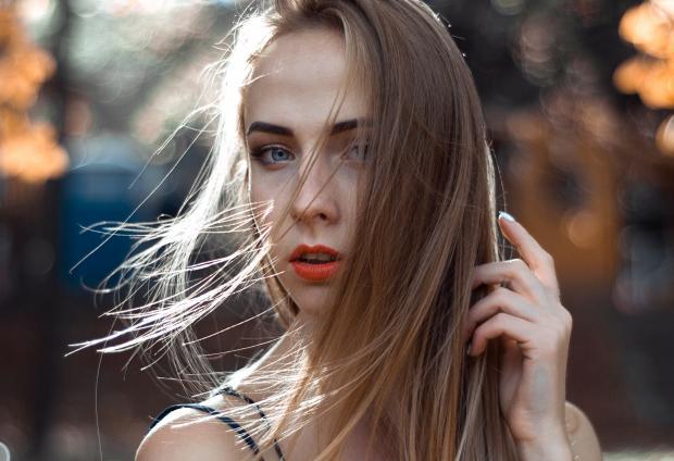 Молодая девушка с длинными волосами