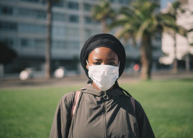 Темнокожая девушка в защитной маске