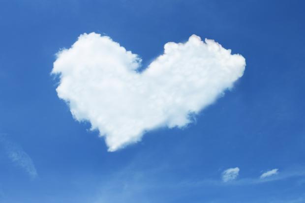 облако в виде сердца на синем небе