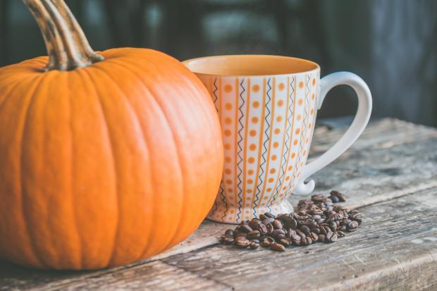 Тыква и большая чашка кофе