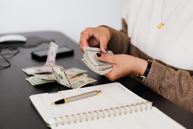 Девушка считает деньги