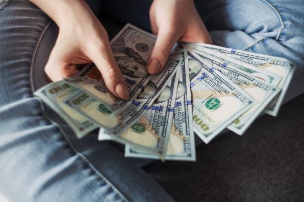 Деньги в руках молодого мужчины