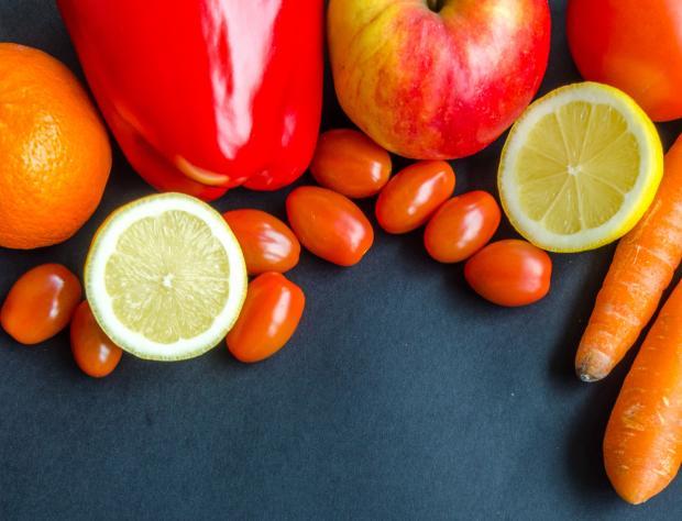 Овощи и фрукты на серой поверхности
