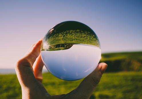 отражение неба в стеклянном шаре