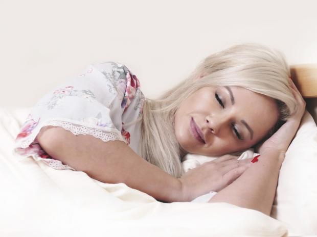 красивая блондинка спокойно спит в кровати