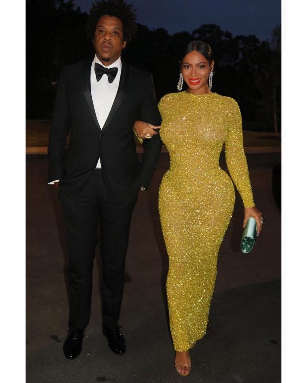 Бейонсе с мужем в красивом блестящем платье в пол