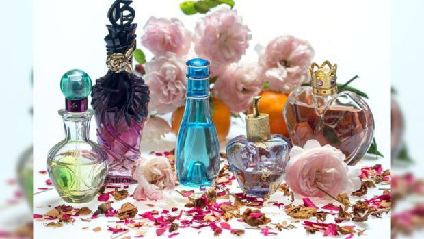на столе стоят разнообразные парфюмерные средства