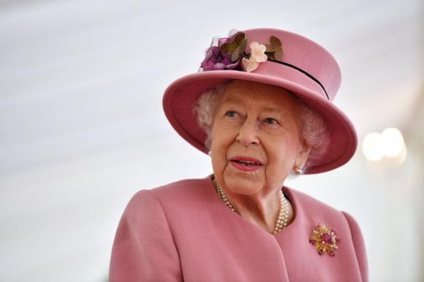 Елизавета II в красивом розовом наряде