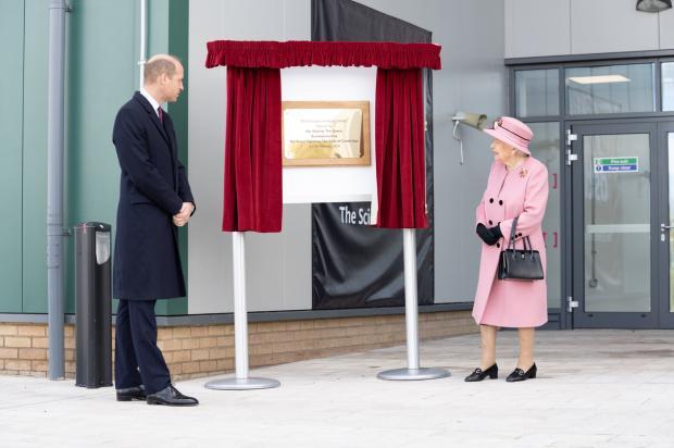 Королева Англии с внуком на открытии нового объекта по борьбе с терроризмом