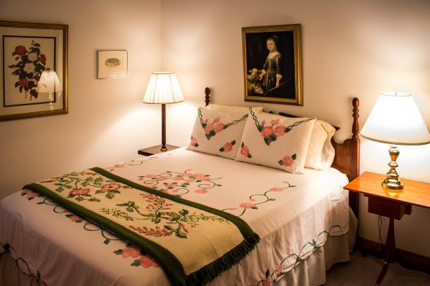 кровать, прикроватная тумбочка с настольной лампой