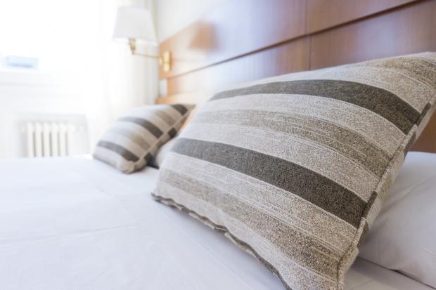 кровать с полосатыми подушками
