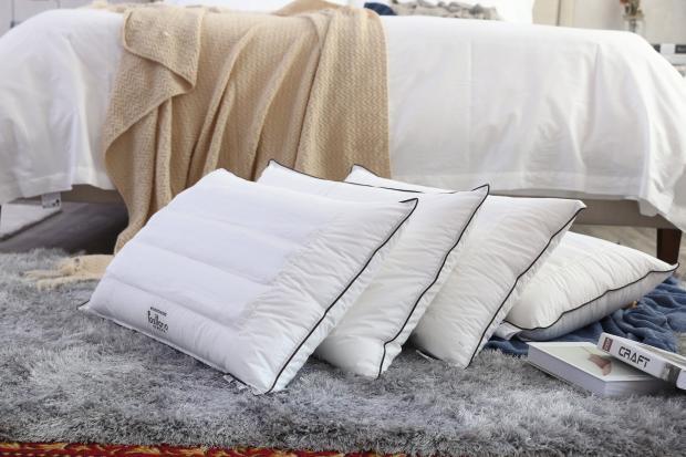 покрывало на кровати, подушки