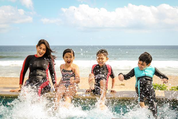Мама и дети у океана