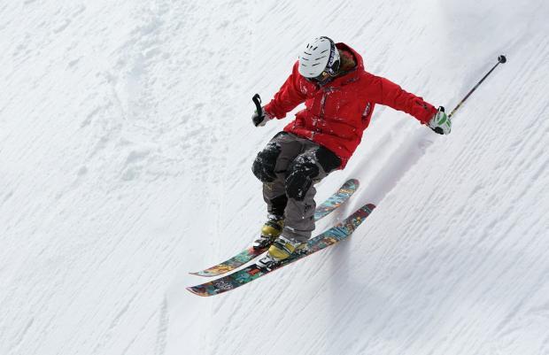 лыжник в красной куртке