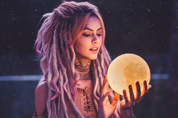 Девушка держит в руках луну